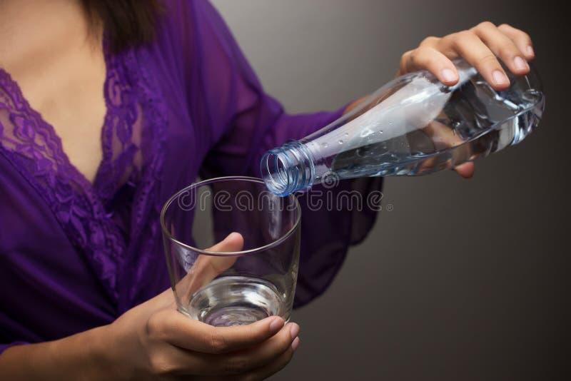 Hände, die Wasser gießen lizenzfreies stockbild
