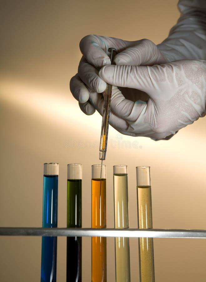 Hände durch Arbeit im Labor stockbild