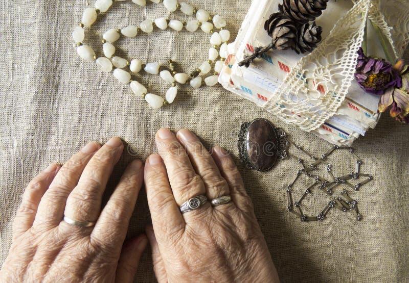 Hände einer älteren Person Bild einer älteren Dame lizenzfreie stockbilder