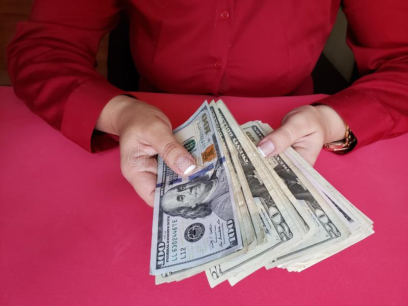 Hände einer Geschäftsfrau, die amerikanische Dollarbanknoten hält lizenzfreies stockbild