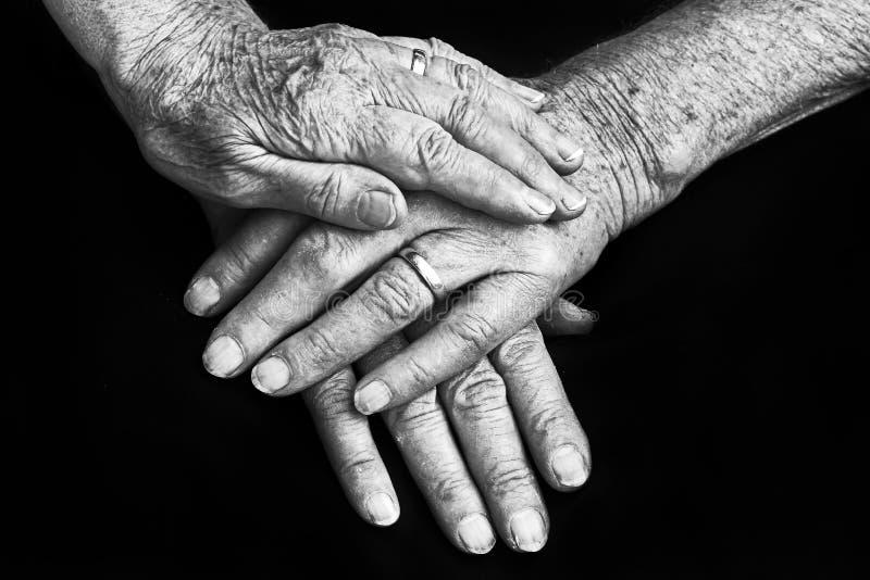 Hände eines alten Mannes und der alten Frau lizenzfreies stockfoto