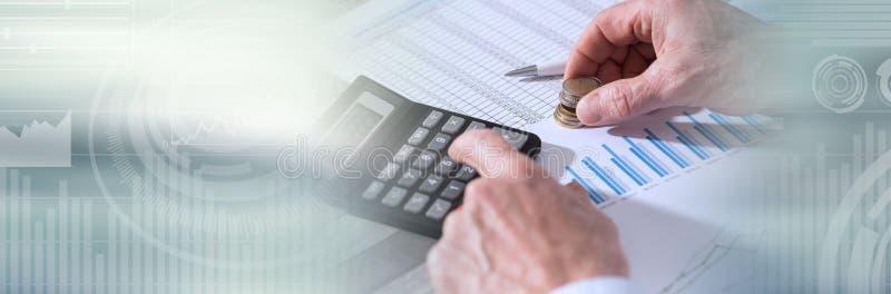 Hände eines Buchhalters, der an Finanzdokumenten arbeitet Panoramische Fahne lizenzfreie stockfotos