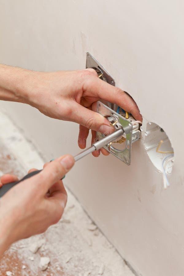 Hände eines Elektrikers lizenzfreies stockbild