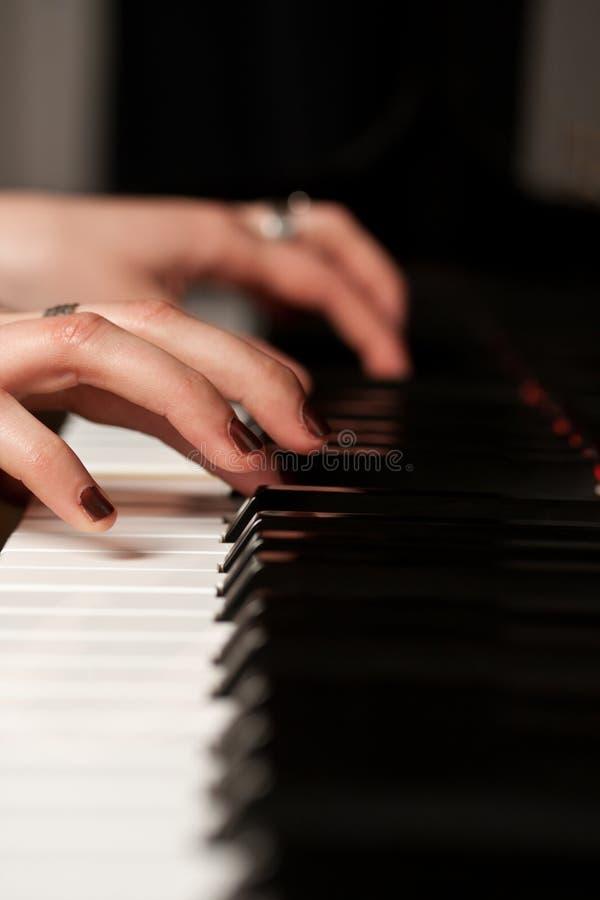 Hände eines Klavierspielers lizenzfreie stockfotos