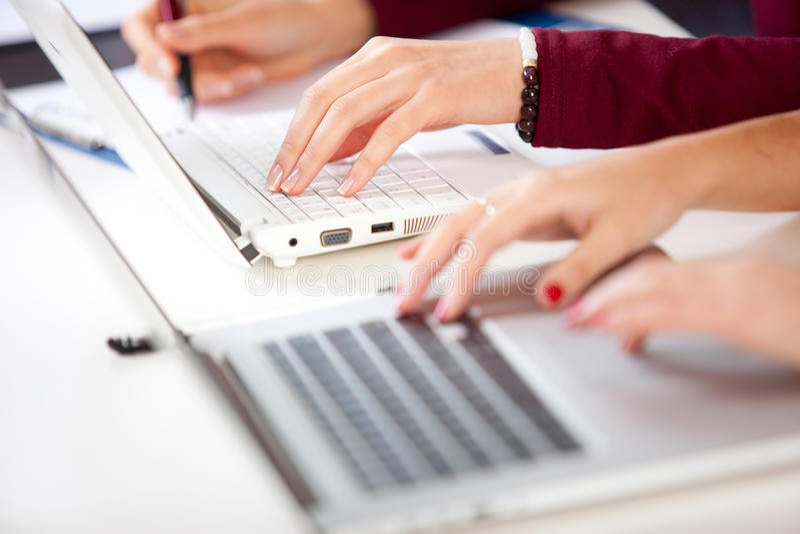 Hände eines Studentenschreibens lizenzfreies stockfoto