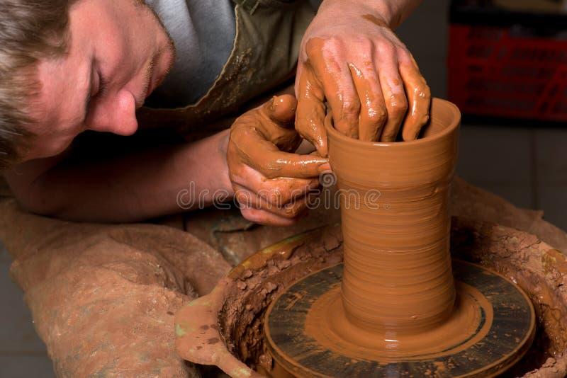 Hände eines Töpfers stockfotos