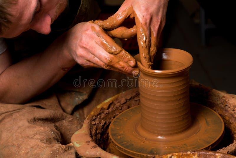 Hände eines Töpfers lizenzfreie stockfotos