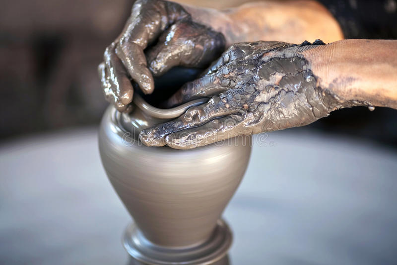 Hände eines Töpfers stockbild
