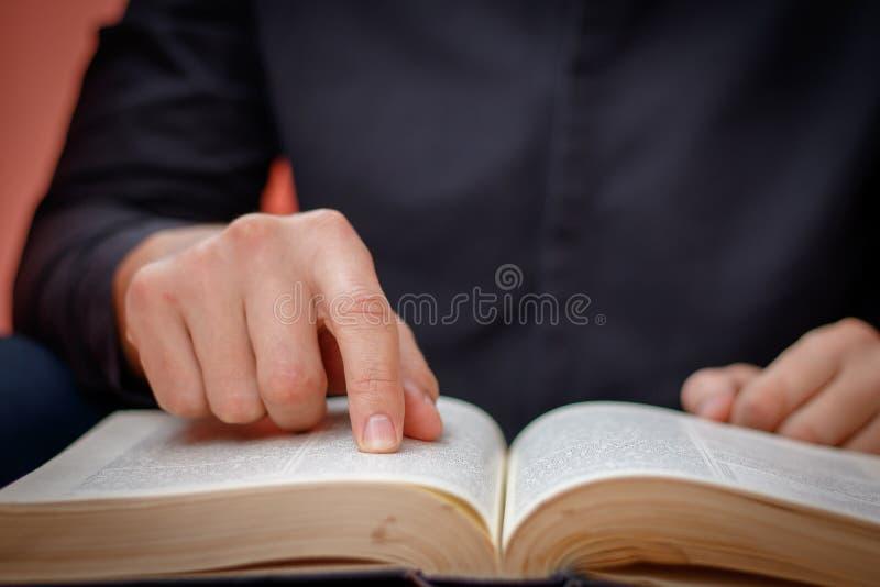 Hände falteten sich im Gebet auf einer heiligen Bibel im Kirchenkonzept für Glauben, spirtuality und Religion lizenzfreie stockfotos