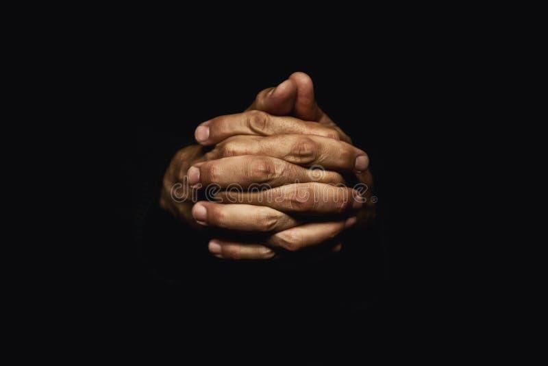 Hände gekreuzt im Gebet stockfotos