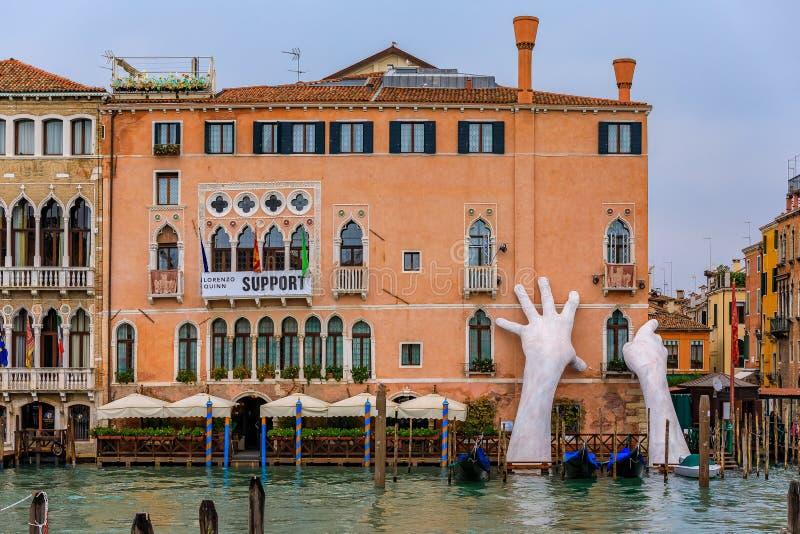 Hände gestalten die Unterstützung eines Gebäudes entlang Grand Canal von Venic lizenzfreies stockfoto