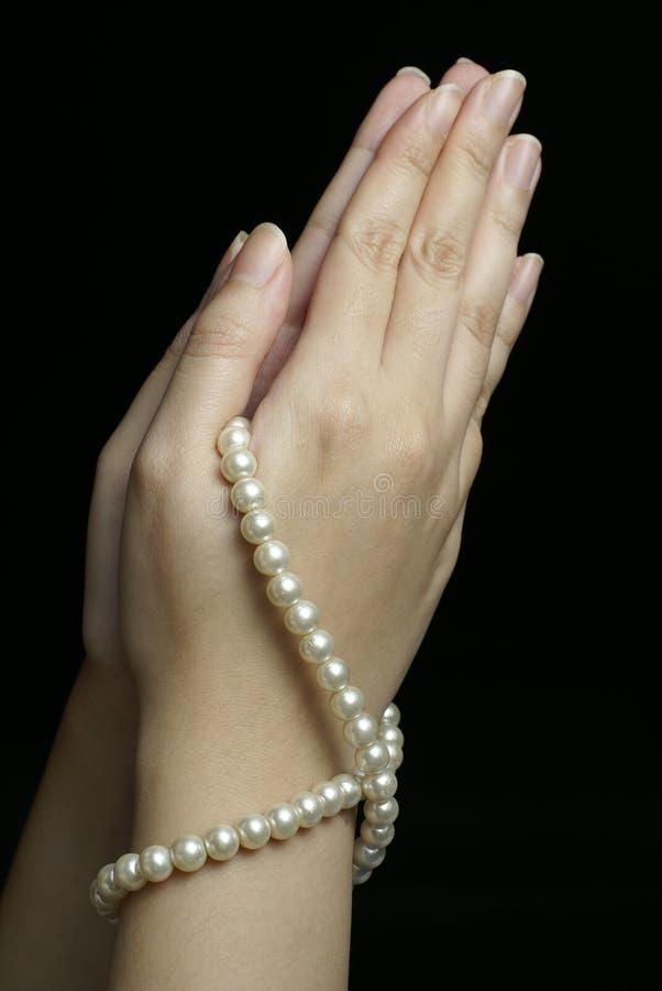 Hände im Gebet mit Perlen lizenzfreies stockbild