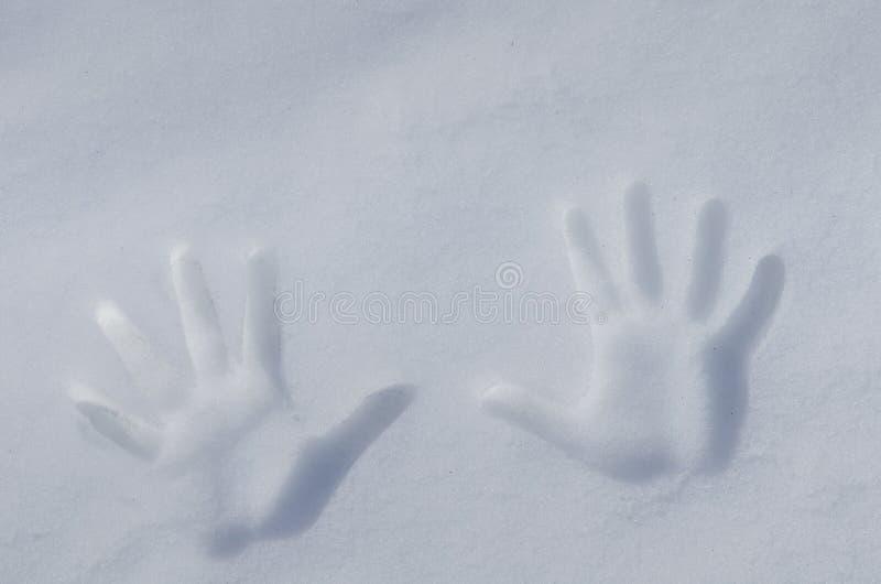 Hände im Schnee stockfotos