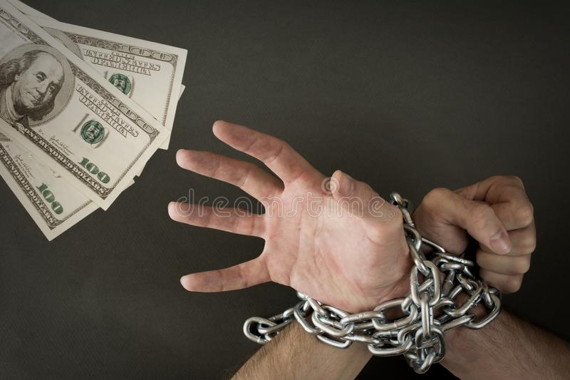 Hände ketteten zusammen Geld an stockbilder