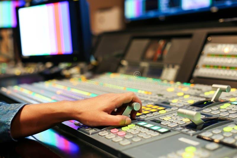 Hände lösen an sich von den Rangierlokknöpfen in Studio Fernsehsender, Audi auf lizenzfreie stockfotos