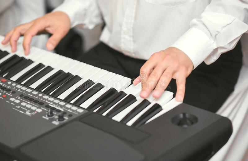 Hände männlicher Musiker bei Synthesizer Mens arms spielt Solo oder neue Melodie Enge Finger am Pianisten stockfotografie