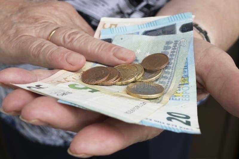 Hände mit Bargeld stockbild