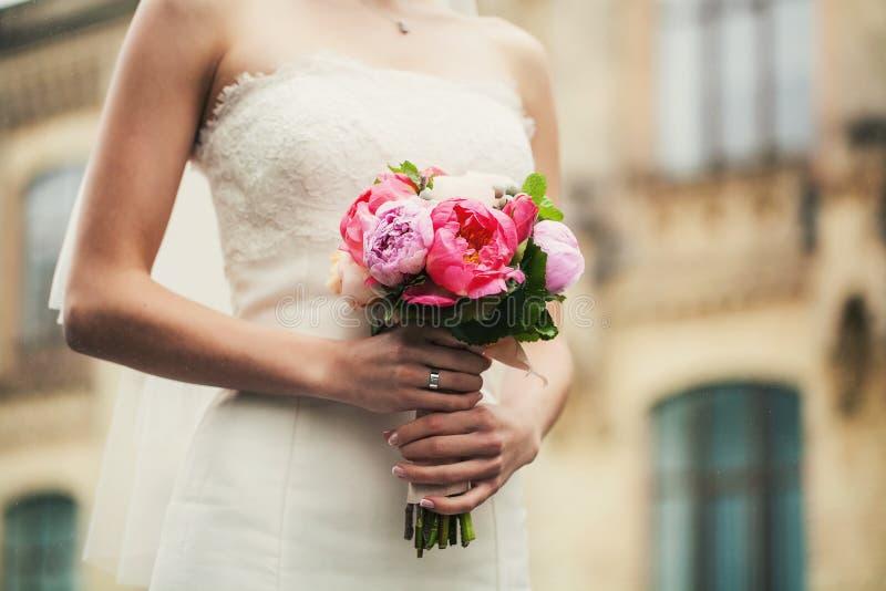 Hände mit Blumen stockbilder