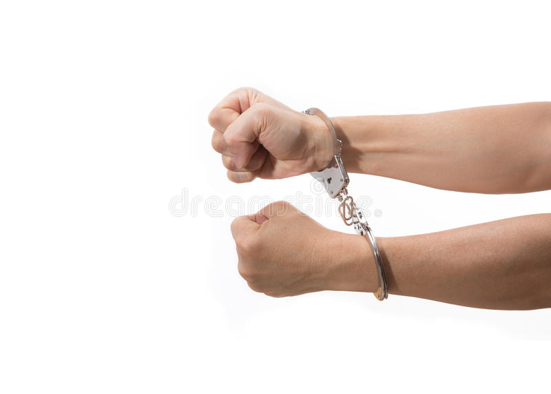 Hände mit den festen Fäusten auf der Handschelle, die heraus auf weißem backgro erreicht stockfotografie