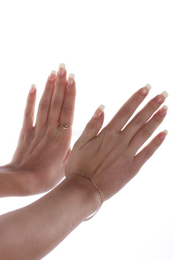 Hände mit der französischen Maniküre stockfoto