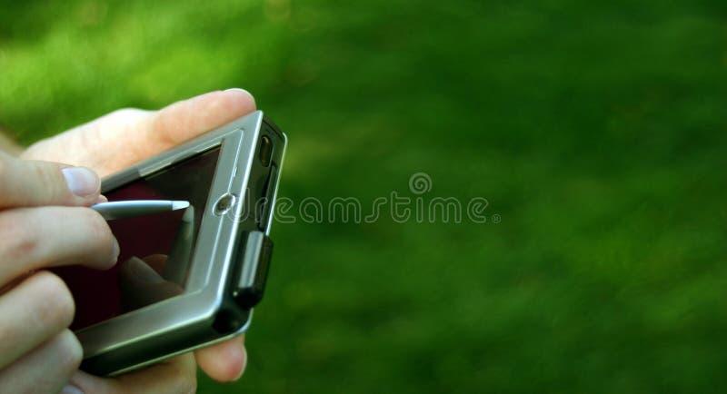 Hände mit einem Taschen-PC stockbild