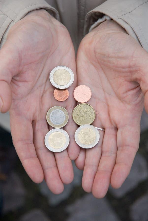 Hände mit Euromünzen stockfoto