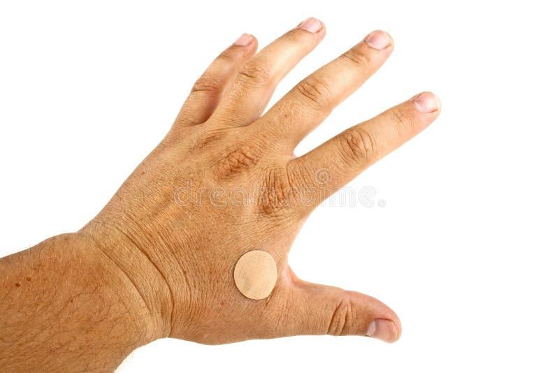 Hände mit klebendem Pflaster auf weißem Untergrund isoliert stockfotos