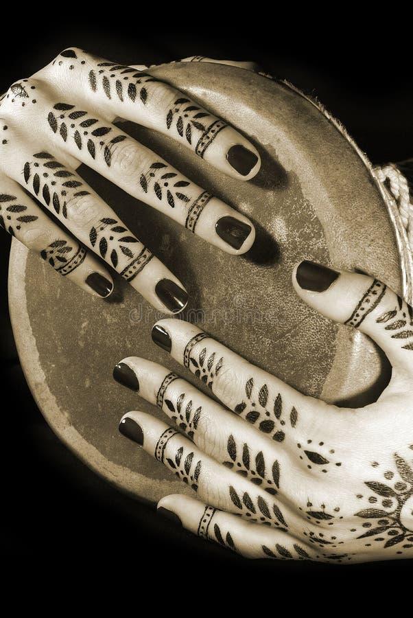 Hände mit orientalischer Tätowierung stockfoto