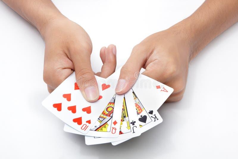 Hände mit Spielkarten stockfoto