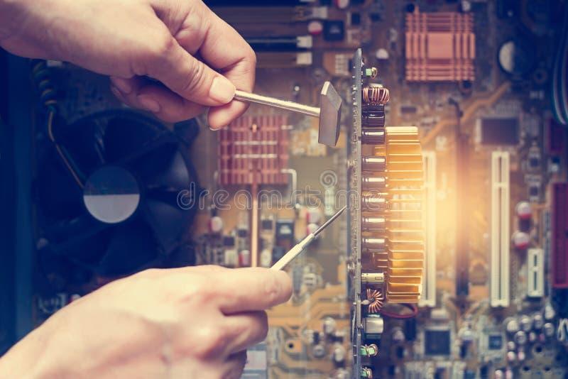 Hände mit Werkzeugen für Reparaturcomputer lizenzfreies stockfoto