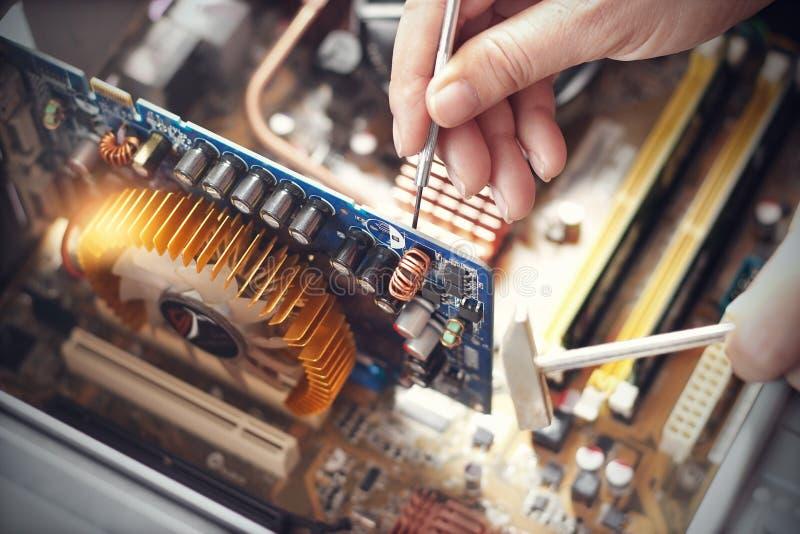 Hände mit Werkzeugen für Reparaturcomputer lizenzfreie stockbilder