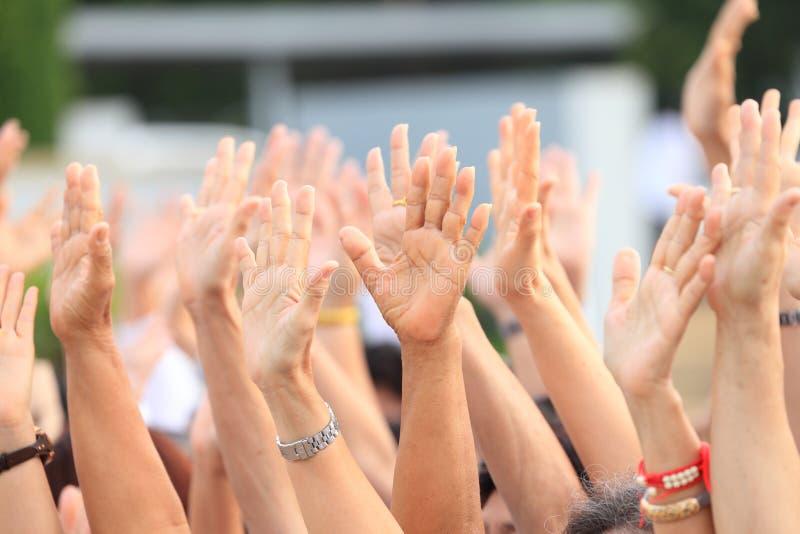 Hände oben für Protest und Aufstieg im Demonstrationsereignis stockfotos
