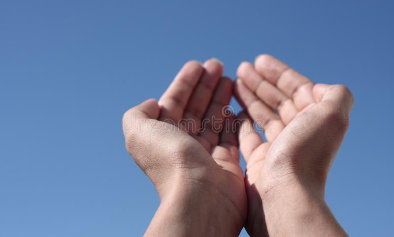 Hände in Richtung zum Himmel stockbild