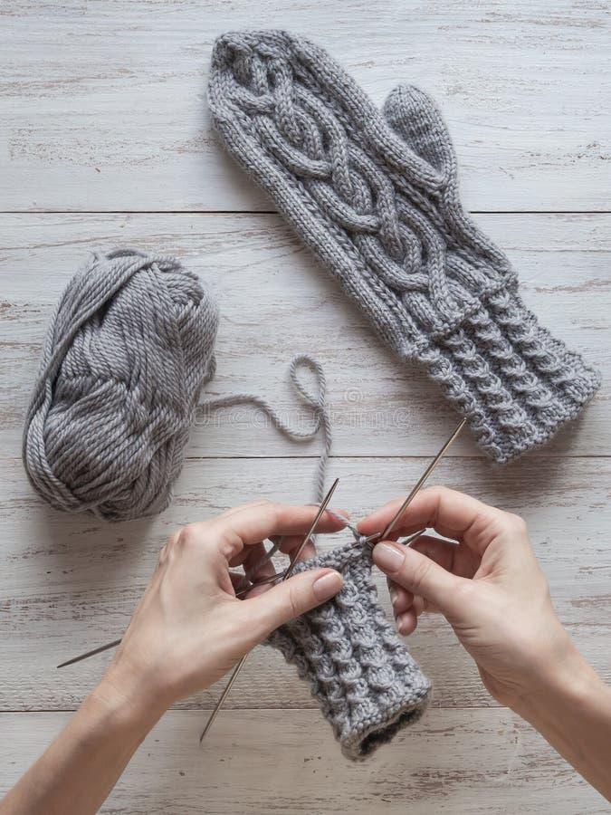 Hände stricken Handschuhe Strickende Handschuhe machten von der Wolle lizenzfreies stockfoto