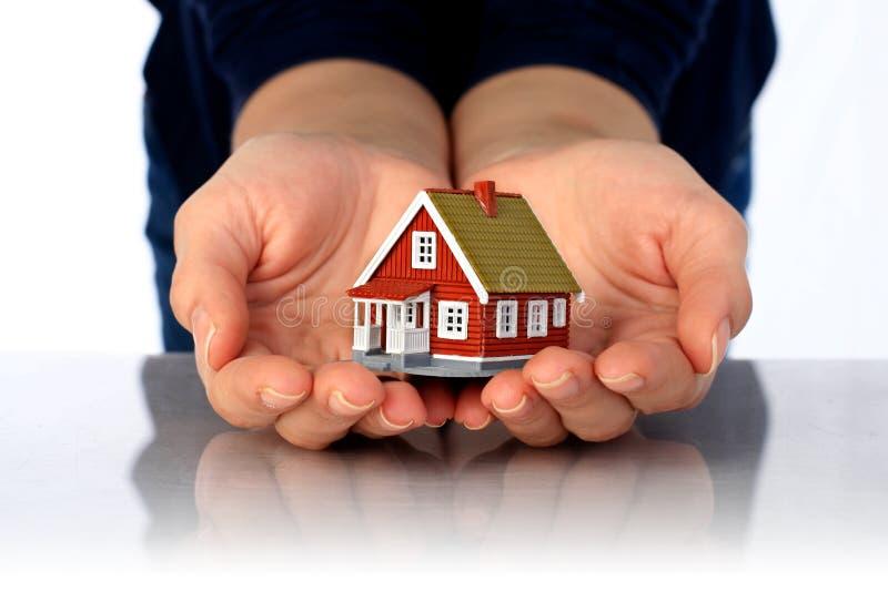Hände und kleines Haus. lizenzfreies stockfoto