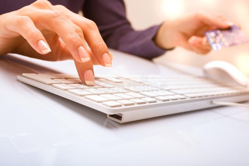 Hände und Tastatur lizenzfreie stockfotografie
