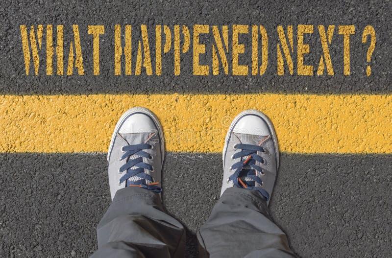 Hände vad därefter? , tryck med gymnastikskor på asfaltvägen royaltyfri foto
