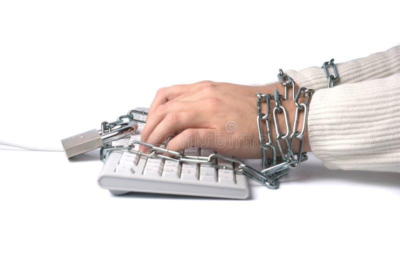 Hände verkettet an Tastatur stockfotos