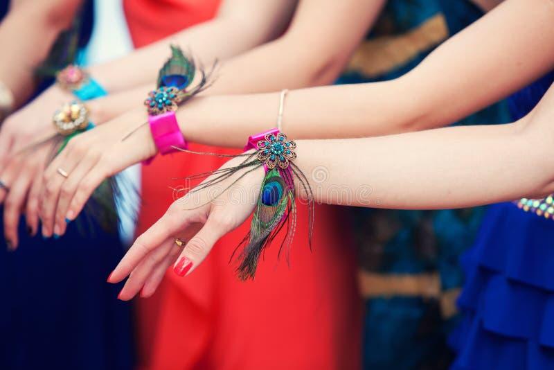 Hände von Brautjungfern mit Armbändern stockfoto