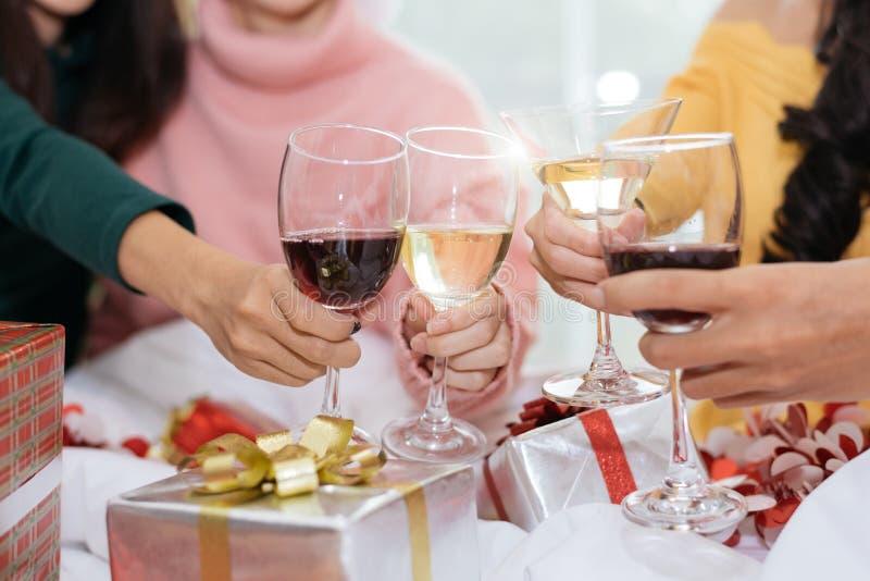 Hände von den Leuten, die Partei des neuen Jahres im Haus mit Wein dri feiern lizenzfreie stockbilder