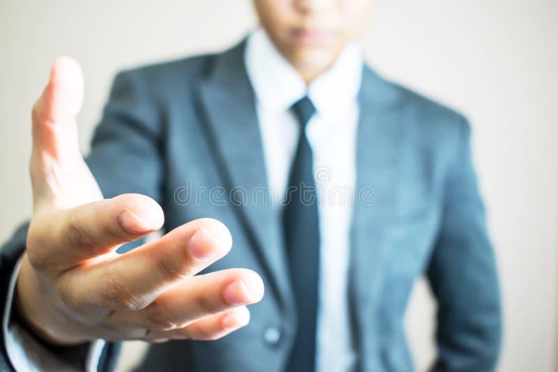 Hände von den stehenden Händen des Geschäftsmannes, die zusammenarbeiten stockfotografie