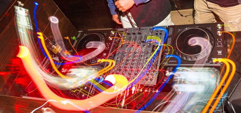 Hände von einem DJ auf der Konsole lizenzfreies stockbild
