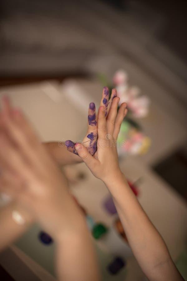 Hände von kleinen Künstlern lizenzfreie stockfotografie
