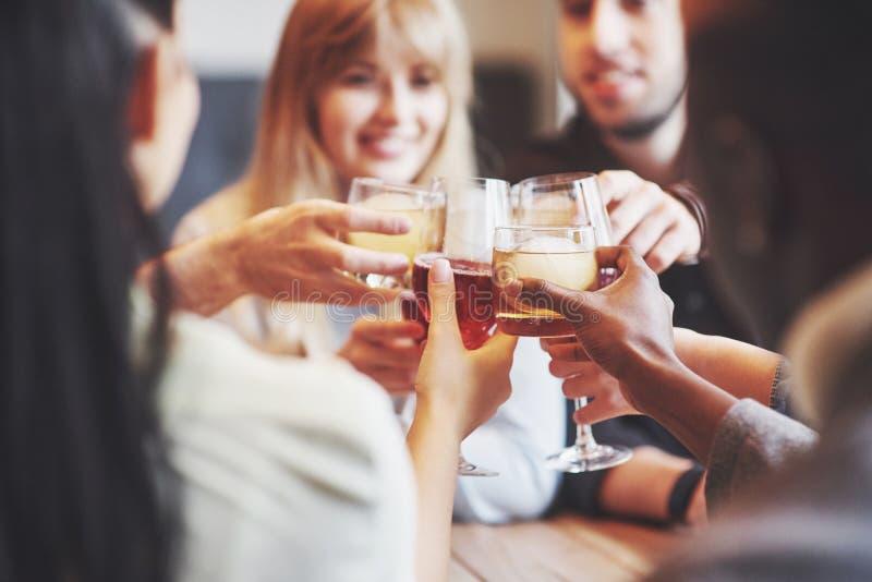 Hände von Leuten mit den Gläsern Whisky oder Wein, feiernd und rösten zu Ehren der Hochzeit oder anderer Feier lizenzfreie stockbilder