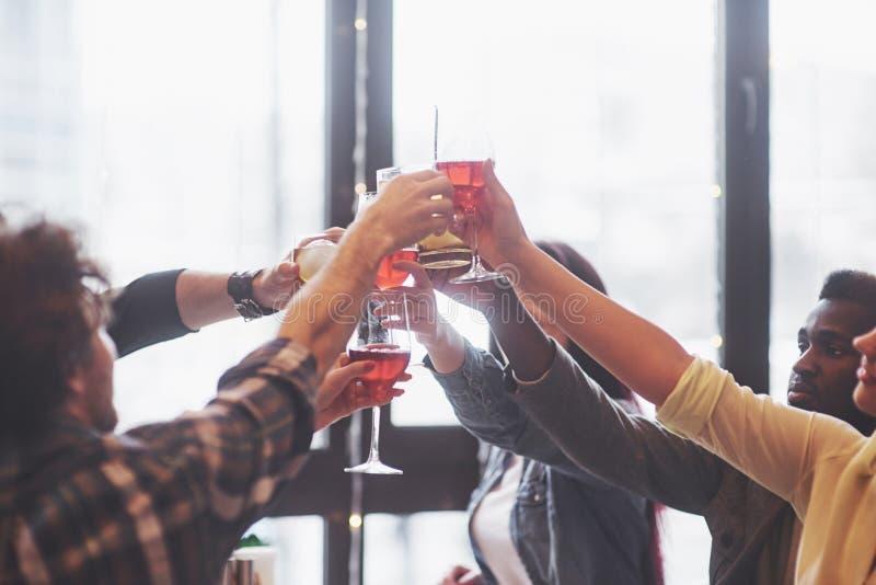 Hände von Leuten mit den Gläsern Whisky oder Wein, feiernd und rösten zu Ehren der Hochzeit oder anderer Feier lizenzfreie stockfotografie