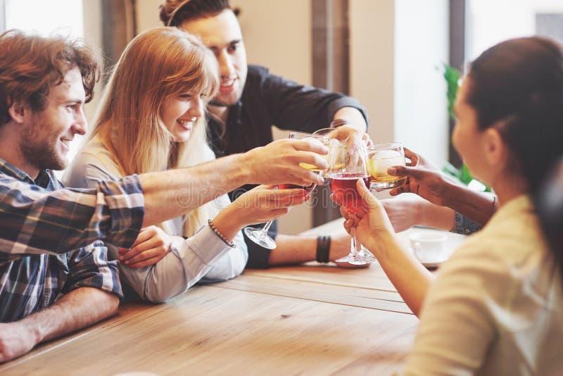 Hände von Leuten mit den Gläsern Whisky oder Wein, feiernd und rösten zu Ehren der Hochzeit oder anderer Feier stockfoto