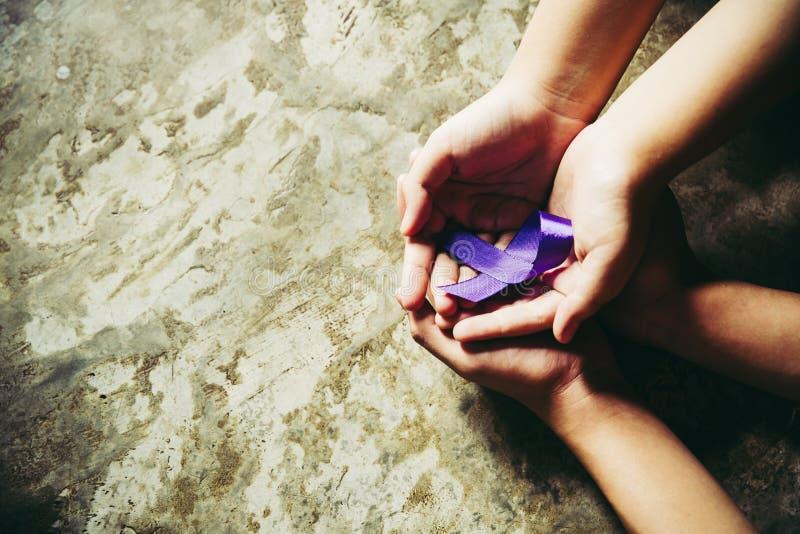 H?nde, welche die purpurroten B?nder, Kopienraumhintergrund tonend, Alzheimer Krankheit, Bauchspeicheldr?senkrebs, Epilepsiebewus lizenzfreie stockfotos