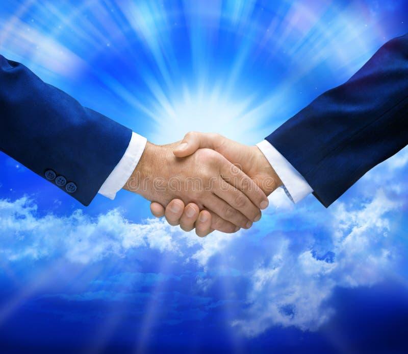 Händedruck-Abkommen und Himmel lizenzfreie stockfotos