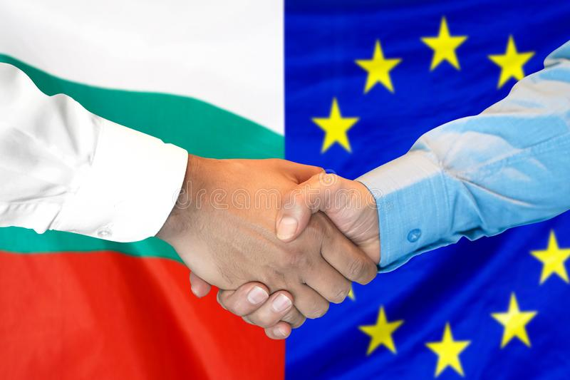 Händedruck auf Bulgarien- und Gemeinschaftsflagge Hintergrund stockfotos