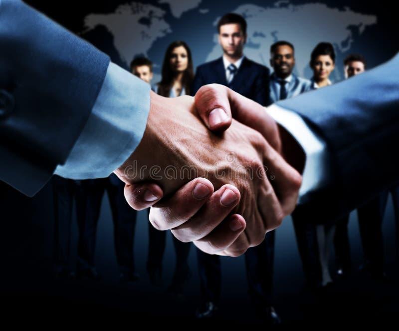 Händedruck getrennt auf Geschäft stockfotos
